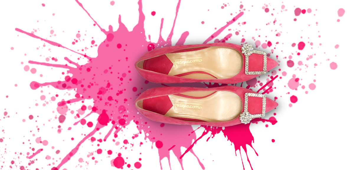 Ballerine fucsia in camoscio con fibbia di cristalli 'Crystal Candy' su sfondo colorato