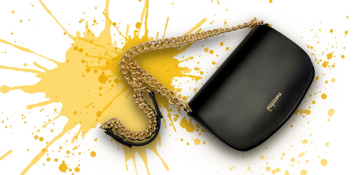 Borsa a tracolla nera in pelle 'Postino Bag' su sfondo colorato
