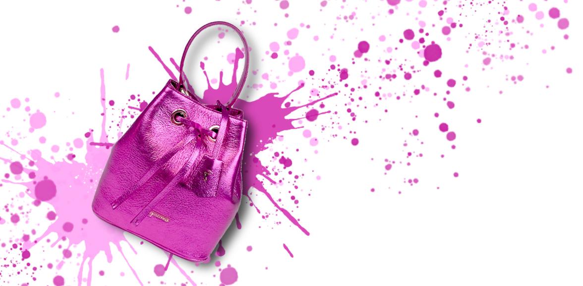 Borsa a secchiello Bucket Bag in pelle laminata fucsia su sfondo colorato