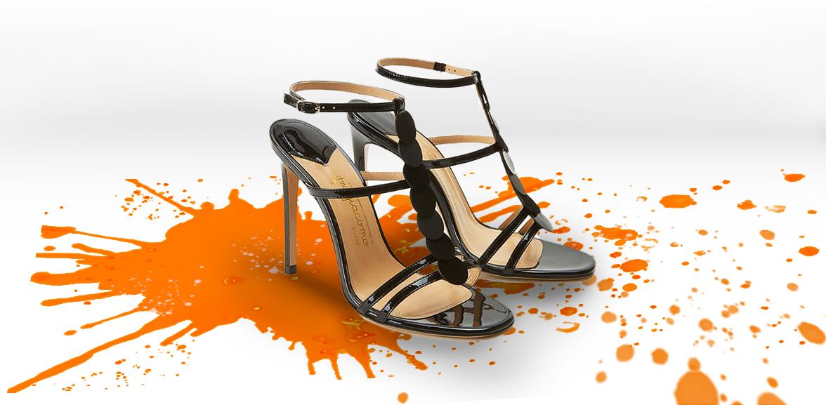 Sandali neri in vernice tacco alto 100 mm con dischi in pelle su sfondo colorato