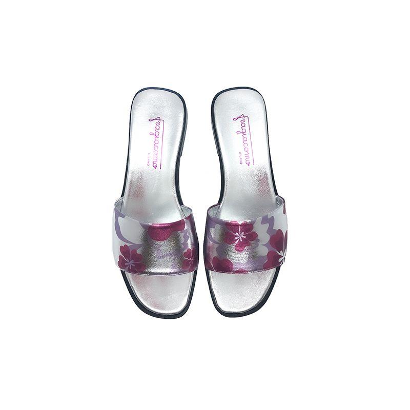 Sandali bassi in pelle laminata argento fatti a mano in Italia con stampa floreale fucsia, modello da donna by Fragiacomo