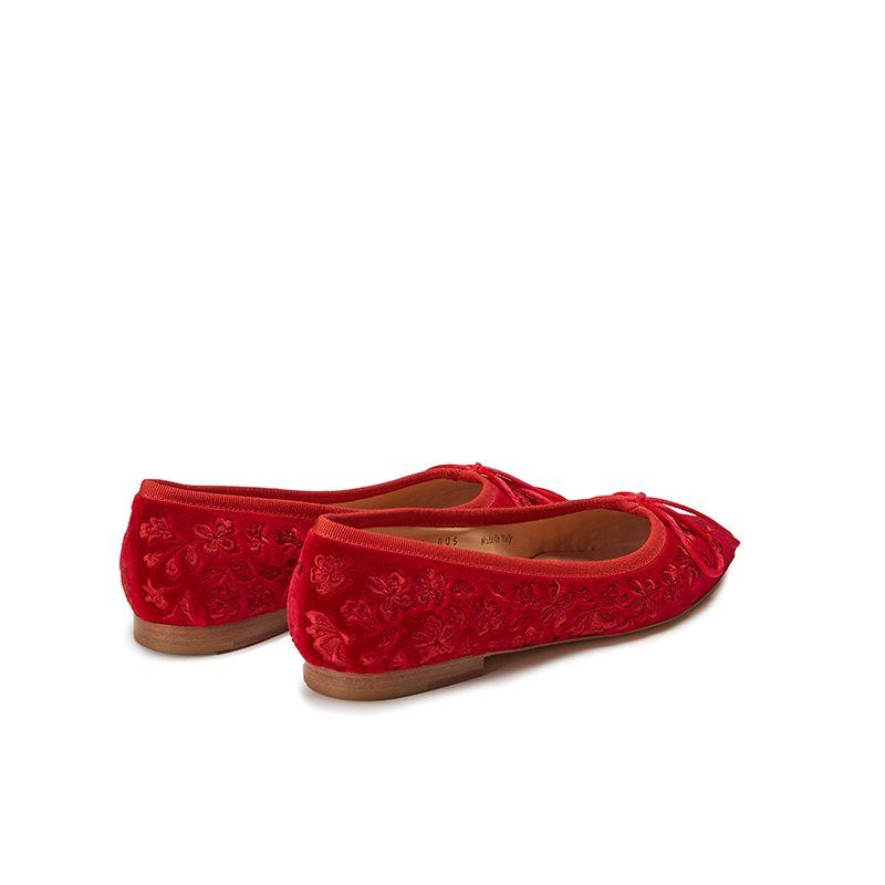 Ballerine in velluto rosso con ricamo floreale ton sur ton all over, modello da donna, by Fragiacomo, vista da dietro