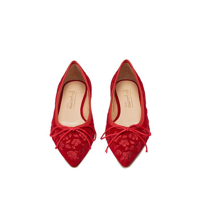 Ballerine in velluto rosso con ricamo floreale ton sur ton all over, modello da donna, by Fragiacomo, vista dall'alto