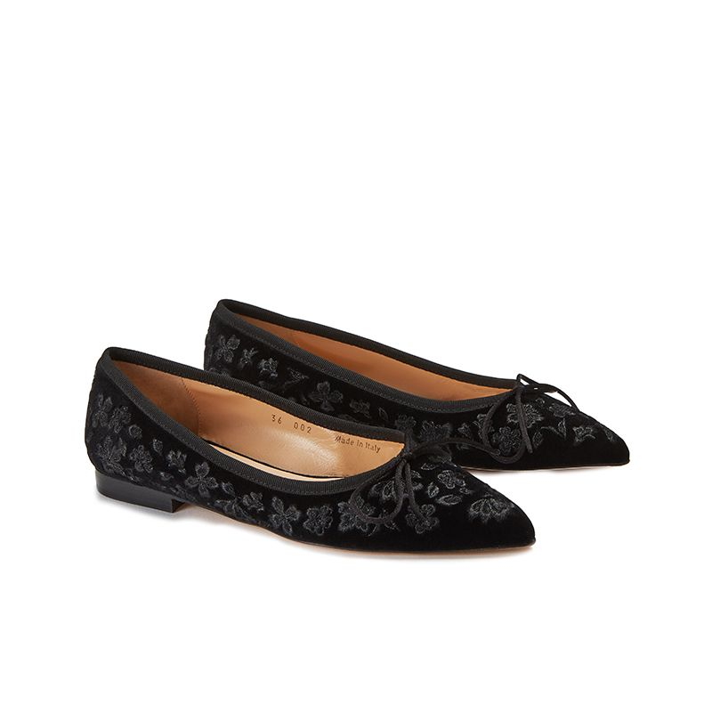 Black velvet ballerinas with floral embroidery ton sur ton all over, women's model, by Fragiacomo, side view