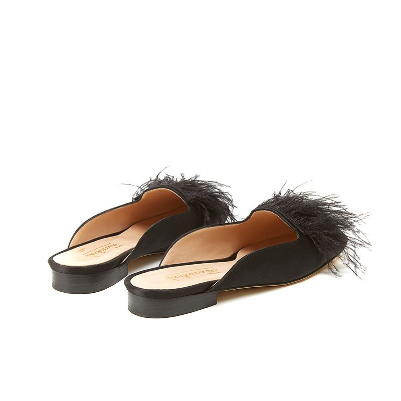 Flat mules in black satin with black feathers on the front part