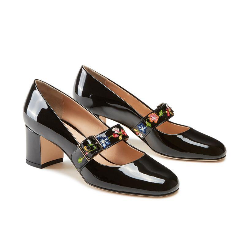 Scarpe modello Mary Jane in vernice nera fatte a mano in Italia con cinturino floreale ricamato, modello da donna by Fragiacomo, vista laterale