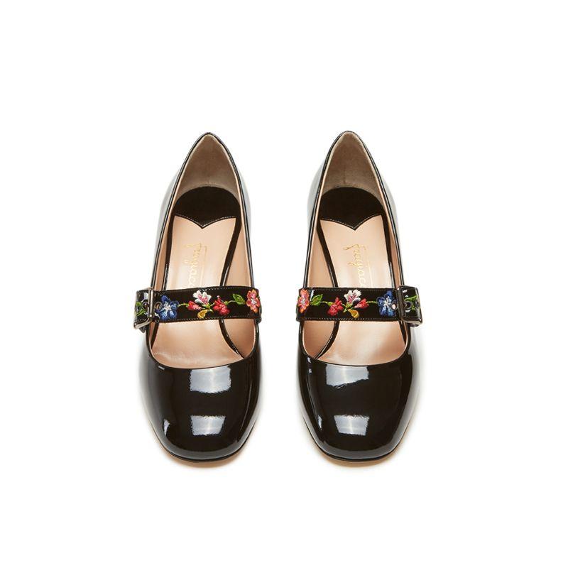 Scarpe modello Mary Jane in vernice nera fatte a mano in Italia con cinturino floreale ricamato, modello da donna by Fragiacomo, vista dall'alto
