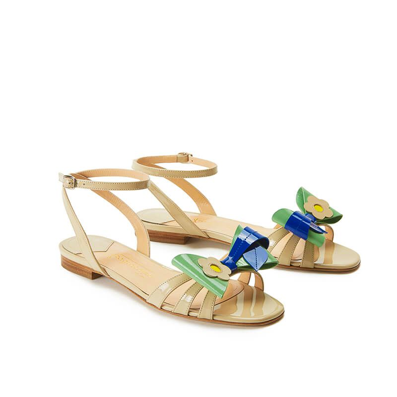 Nude patent leather flat sandals with ankle strap and multicolor bow, SS19 collection by Fragiacomo, side view