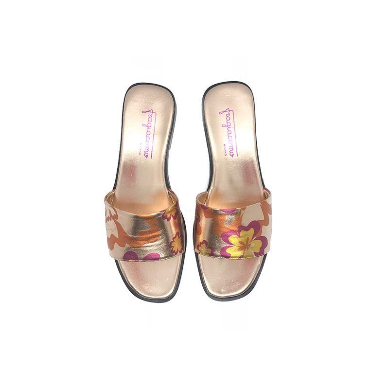 Sandali bassi in pelle laminata oro rosa fatti a mano in Italia con stampa floreale multicolor, modello da donna by Fragiacomo