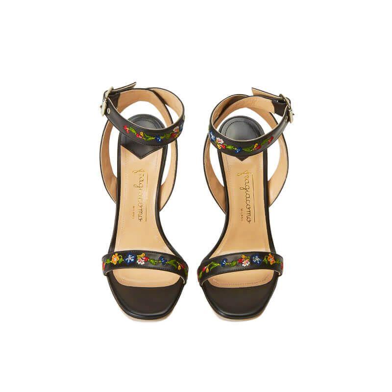 Sandali neri in pelle con cinturino ricamato e tacco alto, vista dall'alto
