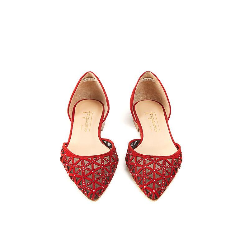 Ballerine rosse a punta in camoscio con l'iconico pattern laserato e piccole borchie dorate, modello