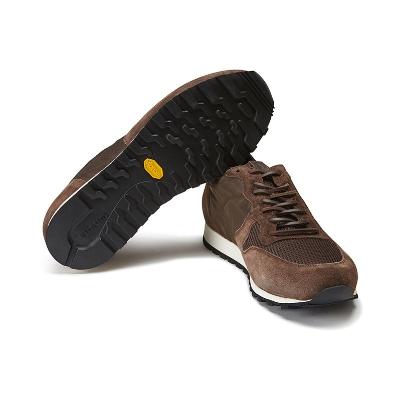 Sneakers in pelle di camoscio testa di moro fatte a mano in Italia, modello da uomo by Fragiacomo, vista da sotto