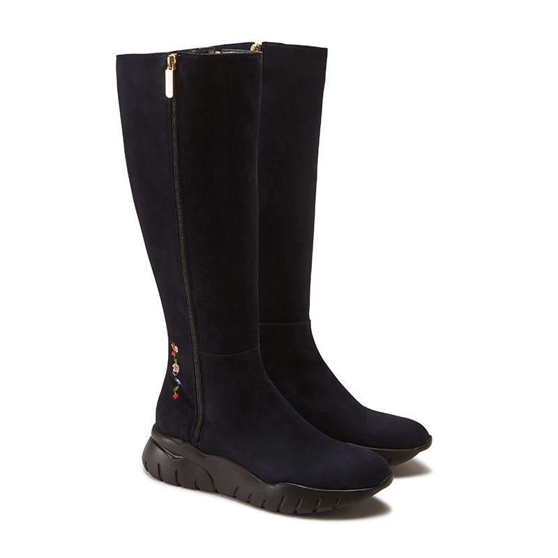 Stivali alti in pelle di camoscio blu fatti a mano in Italia con ricamo storico, doppia zip dorata e suola in gomma nera, modello da donna by Fragiacomo, vista laterale