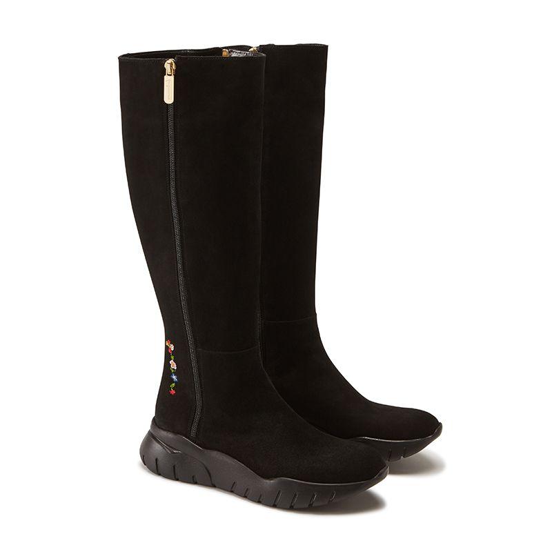 Stivali alti in pelle di camoscio neri fatti a mano in Italia con ricamo storico, doppia zip dorata e suola in gomma nera, modello da donna by Fragiacomo, vista laterale