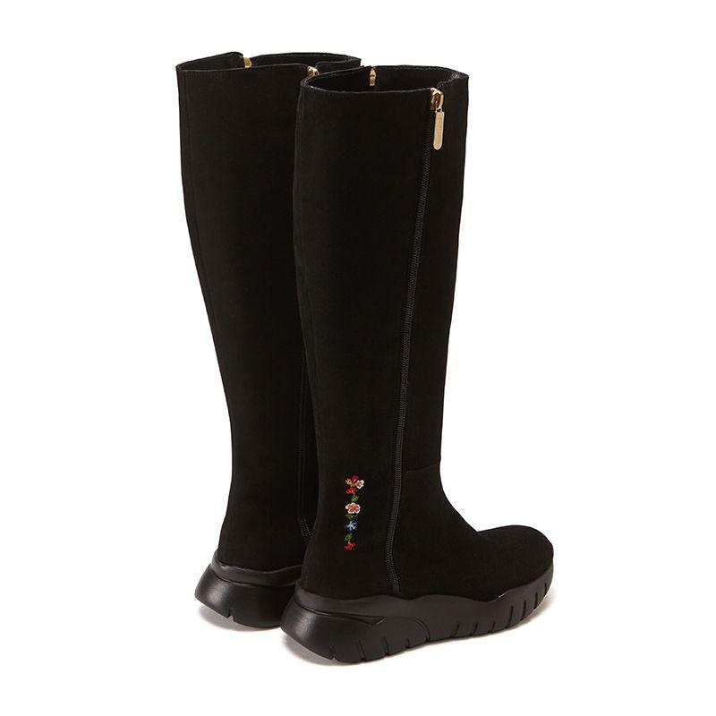 Stivali alti in pelle di camoscio neri fatti a mano in Italia con ricamo storico, doppia zip dorata e suola in gomma nera, modello da donna by Fragiacomo, vista da dietro