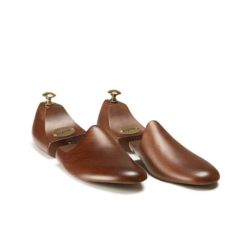 Tendiscarpe in legno con pomello dorato realizzato in Italia per mantenere la forma delle scarpe di lusso by Fragiacomo