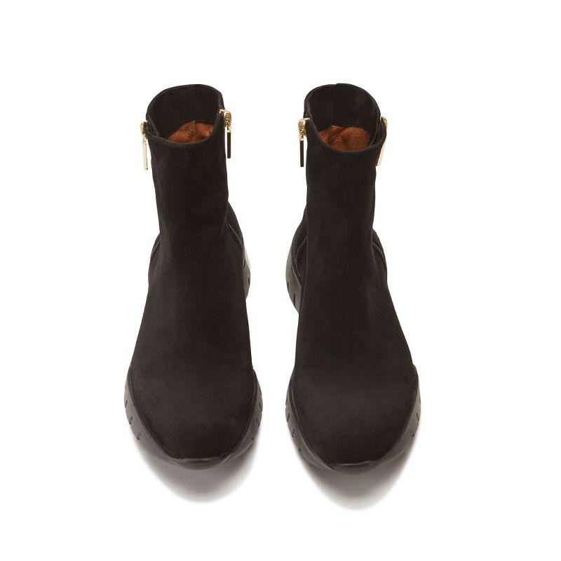 Tronchetti in pelle di camoscio neri fatti a mano in Italia con zip e ricamo, modello da donna by Fragiacomo, vista dall'alto
