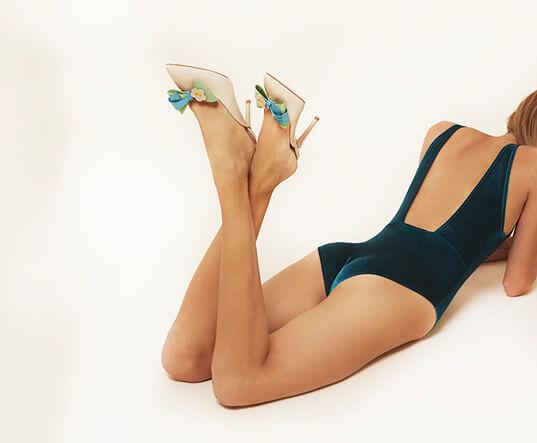 Mules in vernice nude con fiocco in vernice colorata sulla punta e tacco 85 mm indossati da modella