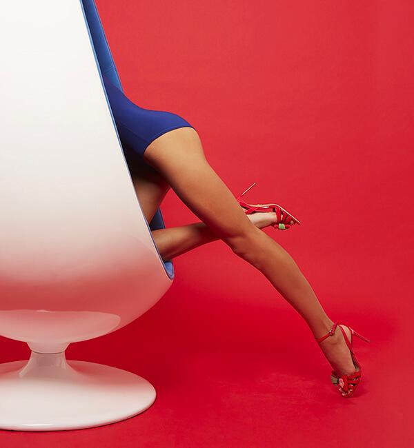Sandali in vernice rossi con fiocco in vernice colorata sulla punta e tacco 85 mm indossati da modella