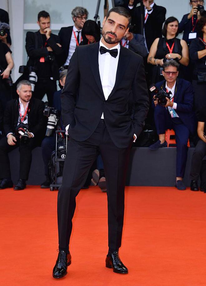L'influencer Fabio Colloricchio indossa, al festival del cinema di Venezia 2019, le francesine in vernice nera smoking by Fragiacomo