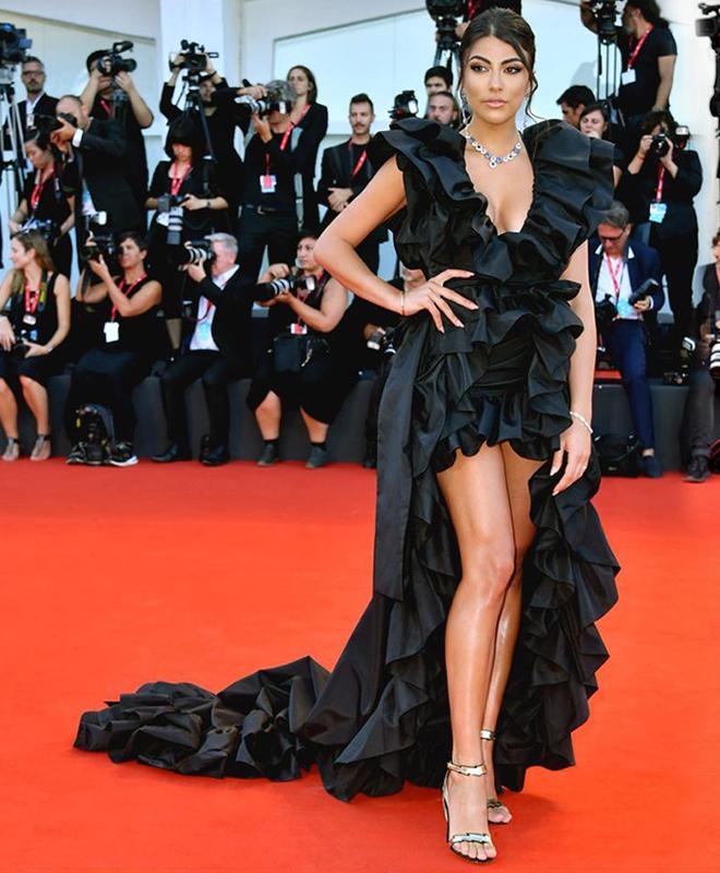 La showgirl Giulia Salemi indossa, al festival del cinema di Venezia 2019, i sandali neri in nappa della collezione Flash by Fragiacomo