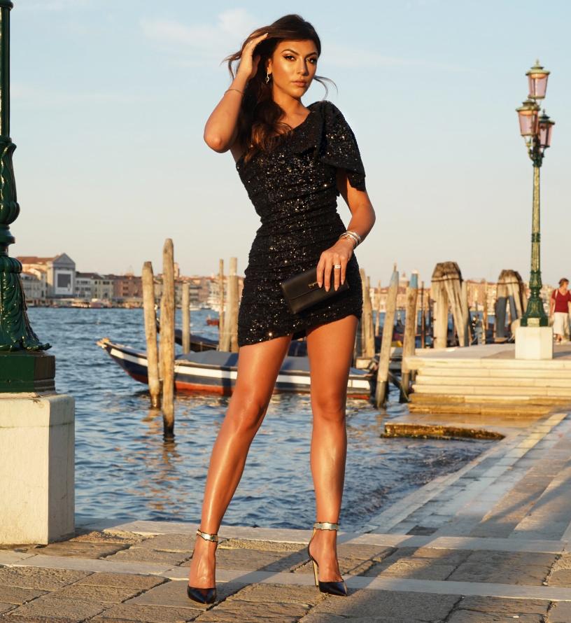 La showgirl Giulia Salemi indossa, al festival del cinema di Venezia 2019, le décolleté in nappa nere della collezione Flash by Fragiacomo