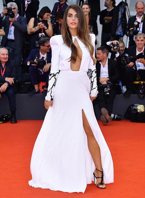 L'influencer Violeta Mangrinan indossa, al festival del cinema di Venezia 2019, i sandali con i dischi in vernice neri by Fragiacomo