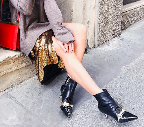 Fragiacomo tronchetti Flash in nappa di colore nero con dettagli cinturino fulmine in colore oro in saldo indossati dalla influencer Daria Kamalova