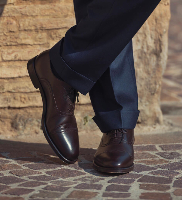 Dark brown calfskin Oxford shoes, hand made in Italy worn by a man, elegant by Fragiacomo