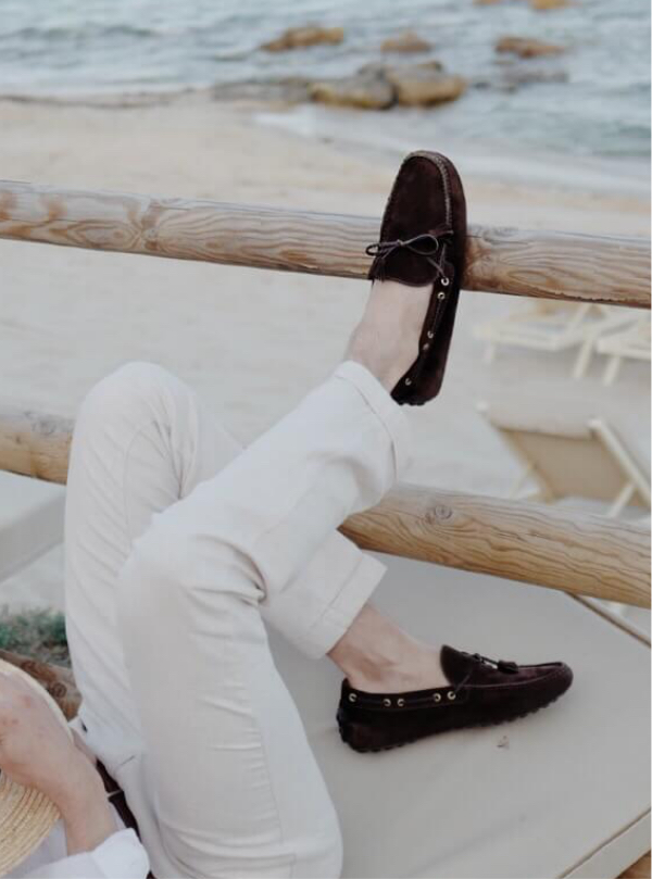 Influencer Giorgio Giangiulio wearing dark brown calfskin Oxford shoes hand made in Italy, elegant men's by Fragiacomo