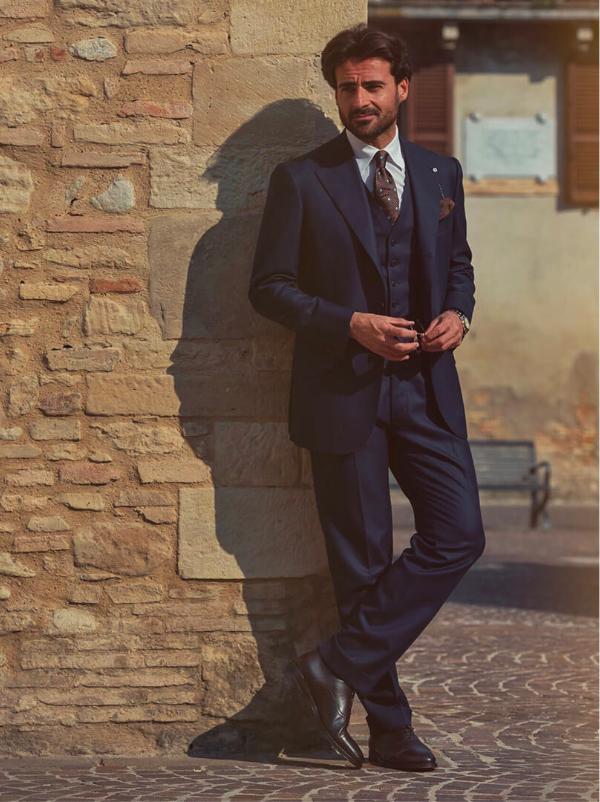 L'influencer Giorgio Giangiulio indossa francesine testa di moro realizzate a mano in Italia in pelle di vitello, eleganti da uomo by Fragiacomo