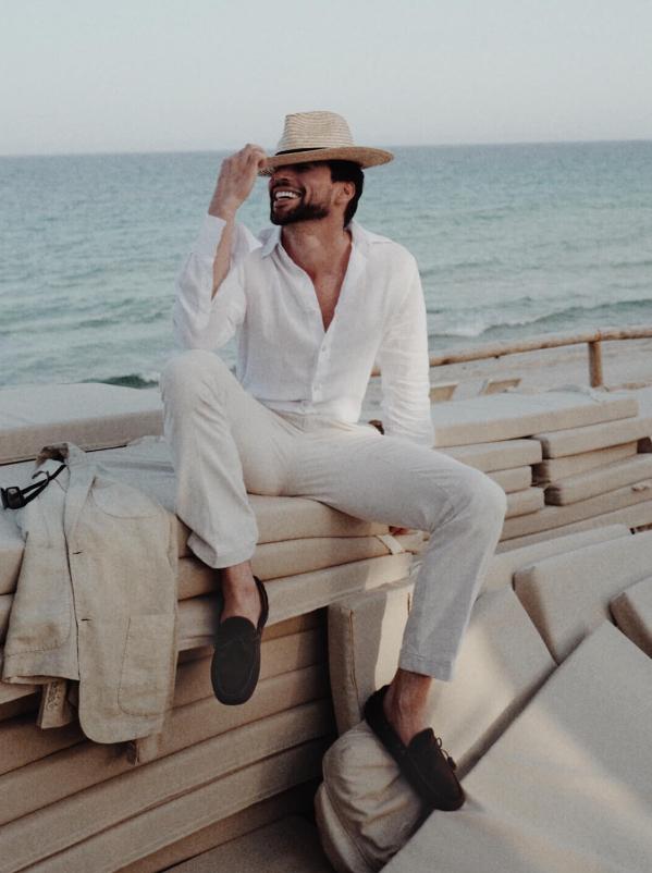 L'influencer Ivano Marino indossa mocassini con gommini marroni realizzate a mano in Italia iin pelle scamosciata, eleganti da uomo by Fragiacomo