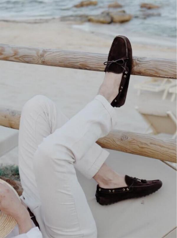 L'influencer Ivano Marino indossa mocassini con gommini scamosciati marroni realizzati a mano in Italia, eleganti da uomo by Fragiacomo